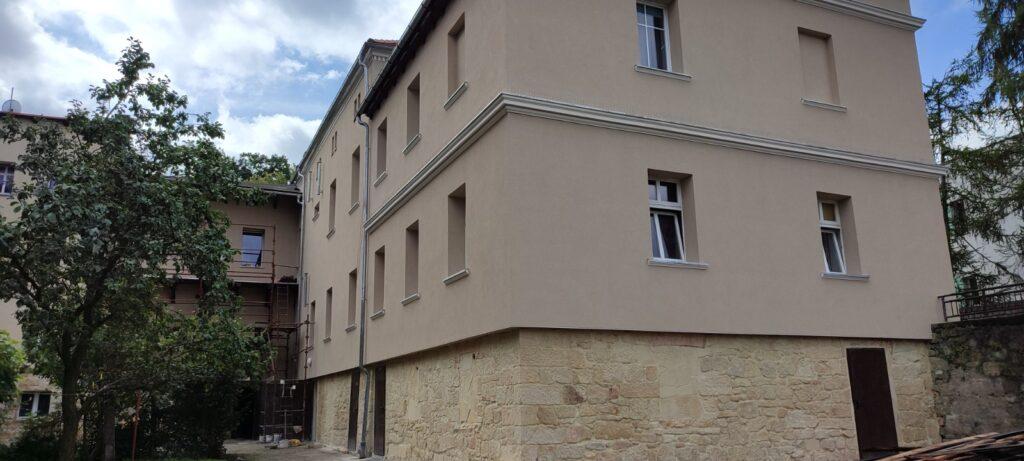 zaplecze budynku przy ul. Obrońców Helu 8, 8a, 8b w Bolesławcu
